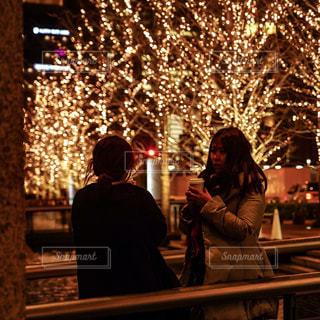 女性,友だち,2人,コーヒー,屋外,イルミネーション,人物,人,明るい,通り,待ち合わせ,グランフロント大阪,シャンパンゴールド