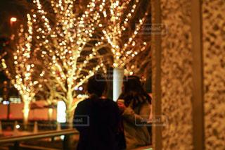 女性,友だち,2人,風景,道路,イルミネーション,都会,壁,人,柱,明るい,グランフロント大阪,シャンパンゴールド