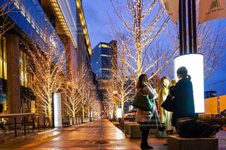 女性,友だち,3人,風景,空,建物,屋外,樹木,イルミネーション,都会,人,高層ビル,女子会,通り,待ち合わせ,履物,グランフロント大阪,シャンパンゴールド