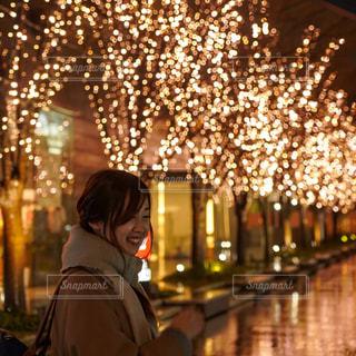 女性,1人,夜,夜景,マフラー,道路,イルミネーション,笑顔,通り,グランフロント大阪,シャンパンゴールド
