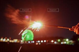 夜にライトアップされる人の写真・画像素材[3619141]