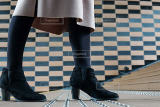 靴を履いてテーブルに座っている女性の写真・画像素材[4218418]