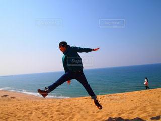 男性,海,空,青空,ジャンプ,男,砂丘,鳥取砂丘,ニューエラ