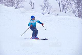 雪舞う中でスキーの写真・画像素材[1786710]