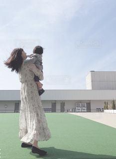 草の上に立っている人の写真・画像素材[2265317]