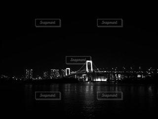 水の体の上の橋の写真・画像素材[1687012]