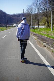 男性,後ろ姿,道路,男,人物,背中,人,後姿,スケボー,後ろ,青年,うしろ,スケート ボード