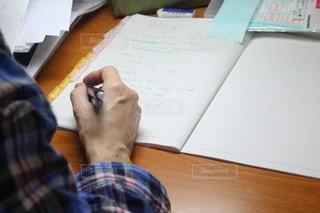 女性,ペン,机,ノート,書類,デスク,作業,冊子,紙,資料,データ
