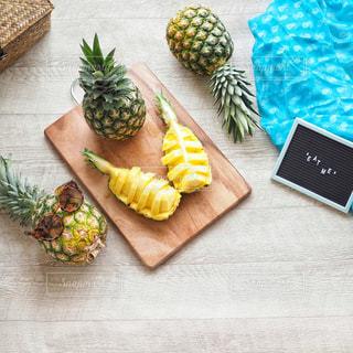 木製のまな板の上のパイナップルの写真・画像素材[1821640]