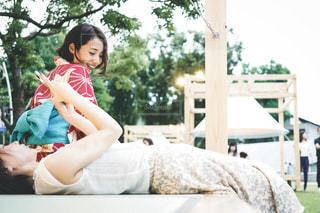 ベッドに座っている少女の写真・画像素材[2307607]