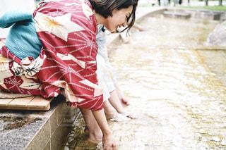 歩道を歩いている小さな女の子の写真・画像素材[2307827]