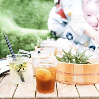 食べ物のあるテーブルに座っている人々のグループの写真・画像素材[2307836]