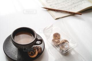 テーブルの上にコーヒーを一杯入れるの写真・画像素材[3044935]