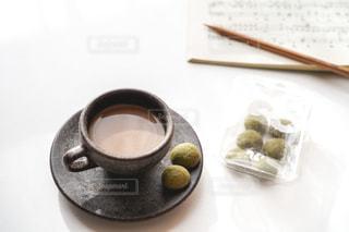 テーブルの上にコーヒーを一杯入れるの写真・画像素材[3044934]