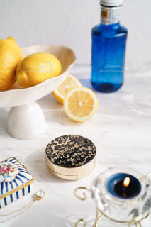 テーブルの上にオレンジのボウルの写真・画像素材[3093315]