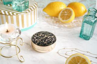 テーブルの上にフルーツを置くケーキの写真・画像素材[3096317]