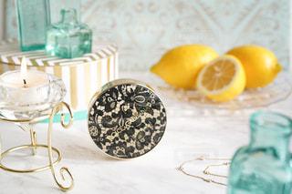 テーブルの上にフルーツを置くケーキの写真・画像素材[3096318]