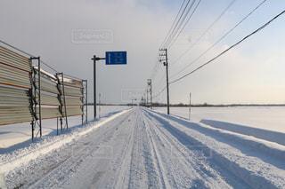 雪の覆われた道路の写真・画像素材[1691481]
