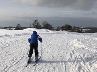 雪に覆われた斜面をスキーに乗る人の写真・画像素材[1718567]