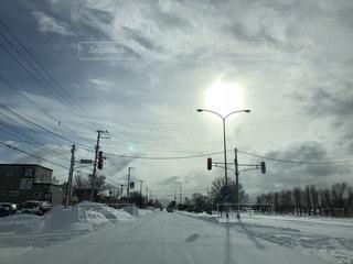 圧雪アイスバーンに白い太陽の写真・画像素材[1732565]