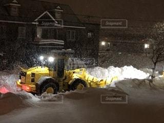 小学校の始業に向けた「本気の除雪」は夜通し続いている。の写真・画像素材[1732866]