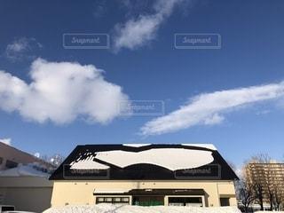 落ちそうで落ちない辛抱の屋根雪の写真・画像素材[1741944]