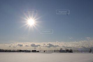 絵に描いたようなぴかりん太陽と雪原の写真・画像素材[1744816]