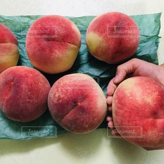 手,桃,PEACH,子どもの手,ピーチ,赤い果物