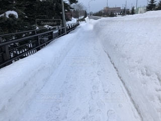 雪のスロープ、歩道橋の写真・画像素材[1774973]