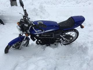 雪国ではバイクは無理の写真・画像素材[1775039]
