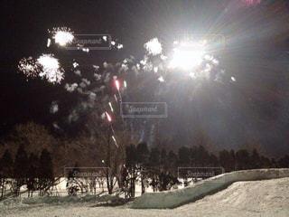 雪の中の花火の写真・画像素材[1789390]