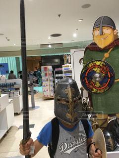 子ども,観光地,イギリス,衣装,ヘルメット,海外旅行,大英博物館,兵士,売店,英国,おみやげ,刀,バイキング,剣,土産物店,土産物,盾,バイキングのヘルメット