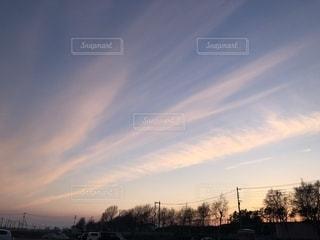 空には雲の斜線の写真・画像素材[1861337]