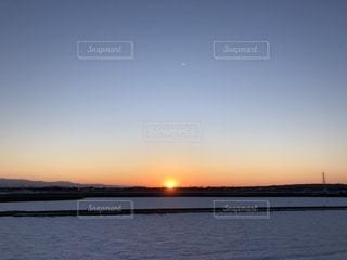 雪原に沈む夕陽の写真・画像素材[1861391]