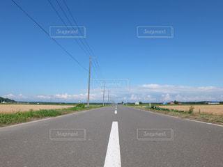 空に続く道の写真・画像素材[1866320]