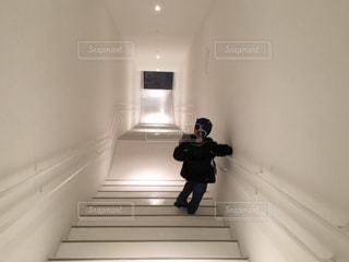 青森美術館ひて階段の向こうのキラキラが気になる少年の写真・画像素材[1876251]
