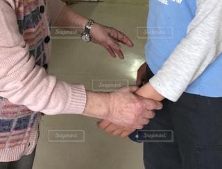 おばあちゃんと子どもの手の写真・画像素材[1876271]