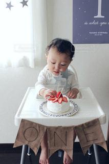 テーブルに座っている小さな子供の写真・画像素材[1687942]