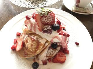 カフェ,パンケーキ,いちご,苺,デザート,フルーツ,白い皿,果物,果実,ホットケーキ,ベリー,新鮮,ストロベリー,フレッシュ,イチゴ