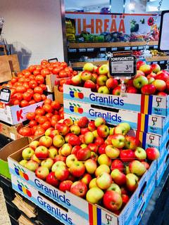 海外,赤,果物,トマト,野菜,アップル,旅行,りんご,林檎,果実,マーケット,北欧,新鮮,スーパーマーケット,ダンボール,スーパー,フィンランド,フレッシュ,売り場,黄緑,リンゴ