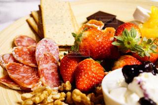 食品の板の上にフルーツとケーキの写真・画像素材[1765176]