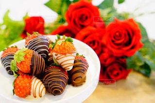イチゴと薔薇で🌹バレンタインの写真・画像素材[1777254]