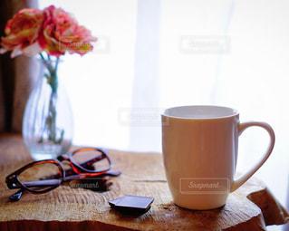 テーブルの上のコーヒー カップの写真・画像素材[1792395]