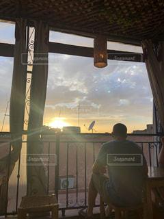 カフェ,空,夕日,屋外,後ろ姿,テラス,人物,背中,人,屋上,モロッコ