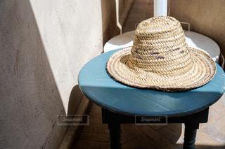 麦わら帽子 と影の写真・画像素材[2270082]