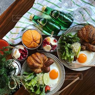 料理,朝ごはん,クロワッサン,テーブルフォト,おうちカフェ,ミネラルウォーター,ペリエ