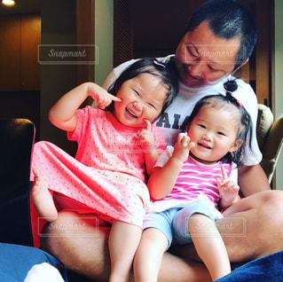 お父さんと幼い姉妹の写真・画像素材[954944]