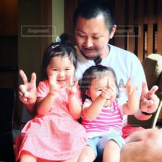お父さんと幼い姉妹の写真・画像素材[954948]