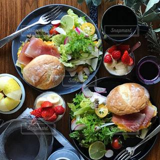 パンと野菜の朝ごはんの写真・画像素材[1037355]