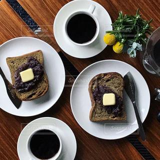 あんバタートーストとコーヒーの写真・画像素材[1051655]